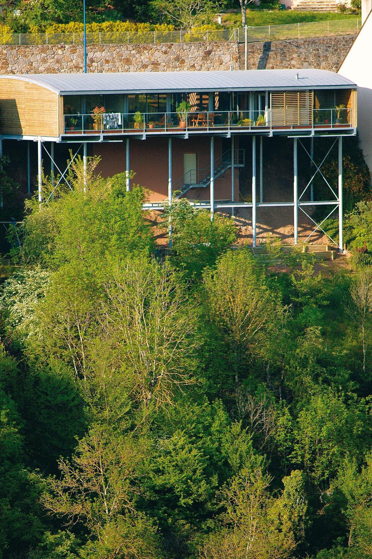 une maison construite dans la pente sur pilotis architecture aveyron. Black Bedroom Furniture Sets. Home Design Ideas