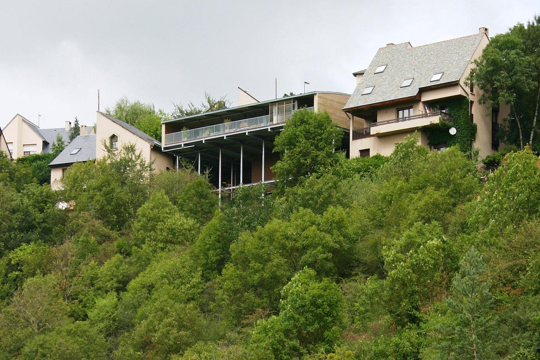 Une Maison Construite Dans La Pente Sur Pilotis