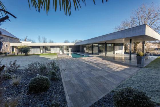 Maison en extension d'une grange, pierre, métal, béton.